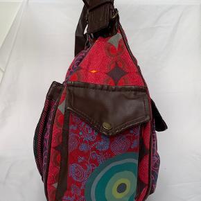 Flot pink desigual taske. Brugt 2 gange. Flotte detaljer og en masse lommer. Virkelig skøn taske.