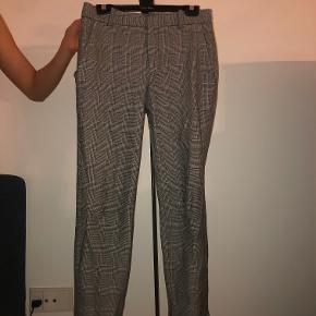 Flotte ternede habit bukser fra Zara. Bukserne er i god stand, men har dog et lille hul nede i lommen (man kan ikke se hullet). Ny Pris 350kr