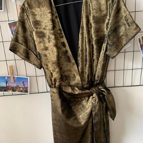 Kort kjole fra ZARA i guld/Metallic farve.  Har slå-om effekt med lynlås inden under (spørg for billede hvis ikke det giver mening 😅)  Str. S  Brugt få gange Byd