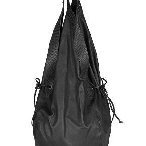 Helt fantastisk lækker taske , lavet i handskeblødt skind med slangeskindskanter . Ternet foer med lynlåslomme . Tasken er helt ubrugt og stadig med tags .