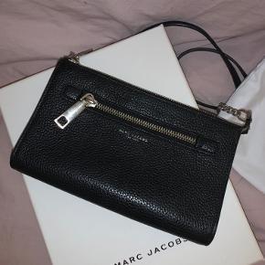 Super smuk og enkel taske fra Marc Jacobs Super fin stand! Fås ikke længere i butikkerne    Nypris 2500