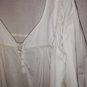 Super smuk feminin skjorte fra Vero Moda. Str. L. 100% bomuld. Så flot. Kan bl.a styles med en tanktop under. Kun haft på få gange. 120,- pp med Dao og mobilepay Sender hurtigt