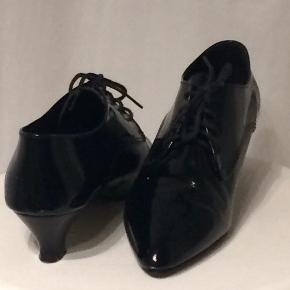 Super flotte franske lak sko der står str 39 i dem, men de svarer til en 38 håbede at når der kom en sål i at så kunne jeg passe dem, men nej.  Købt i Frankrig af en fra TS som jeg har købt dem af.