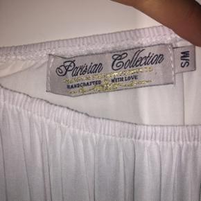 Rigtig sød buksedragt fra mærket Parisian collection. Ikke brugt. Svarer til en str. Small