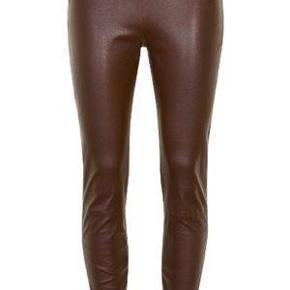 Alle bud/foreslag anses som værende eksklusiv tsgebyr(5%) og porto.   Lækre læder leggings med stretch. De er lavet i blødt fleksibelt læder som gør dem behagelige at have på og giver en god pasform. Lukkes med lynlås i siden og har elastik i taljen. 100% skind  Læder, læderbukser, leggins, læderleggins, skind, skindbukser, skindleggins Farve: brun Oprindelig købspris: 2600 kr.