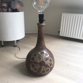 Smuk og stor retro stentøjs lampe med blomster. Har selv brugt den som guldlampe.  Arvet, så den er gammel måske fra 60'-70'erne.   Mål: h: 40cm ø: 24cm