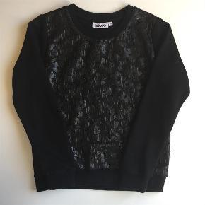 Varetype: Sweatshirt Farve: Sort  Helt ny, kun vasket. Sendes med dao for 36 kr.  Mønster på forsiden, se foto. Jeg handler helst over MobilePay.