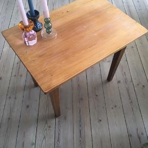 RESERVERET TIL I MORGEN   Sælger dette træbord, som jeg har slebet let på overfladen. Meningen var, at det skulle have en omgang maling, men har fundet et andet bord.  Det kan bruges som fx sofabord, tv-bord eller sidebord. Det er solidt, men kender desværre ikke træsorten. Bemærk ridserne i overfladen, som kan slibes ned og/eller overmales.  Mål: - h: 55 cm - 67,5 x 46,5 cm