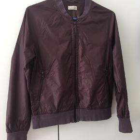 Mads Nørgaard jakke (aubergine-lilla) str. s (34-36). Brugt sidste efterår, men fremstår i fin stand. Kan hentes på Nørrebro eller sendes☀️