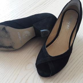 Fine sko i god stand. Ruskind. Desværre for store til mig, og derfor kun brugt to gange.
