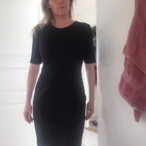 Smuk klassisk sort kjole