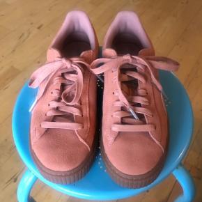 Super fede Puma sneakers. Lidt små i størrelsen - derfor jeg sælger dem. Har gået med den 2-3 gange.  Nypris 900 kr.