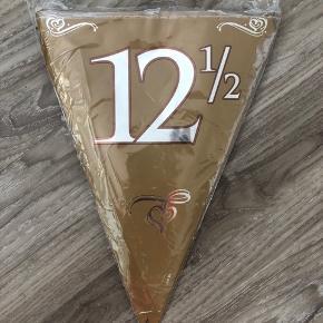 Kobberbryllup - Guirlande  Pynt festligt op til kobberbryllup med denne smukke guirlande. Guirlanden er flot kobberfarvet med dekoration af hjerter og 12½.  Antal: 15 flag  Størrelse flag: H: 30 cm x B: 21,5 cm  Størrelse snor: 10 meter  Materiale: plast  Farve: brun/kobber