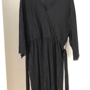 Fejler intet. Kjolen er med bindebånd. Kjolen er normal i størrelsen.