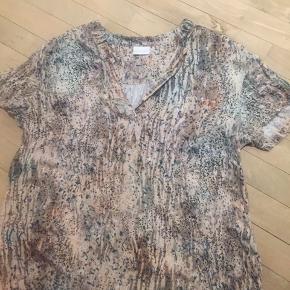 """T-shirt fra inFRONT i super blødt """"skjorte stof""""."""