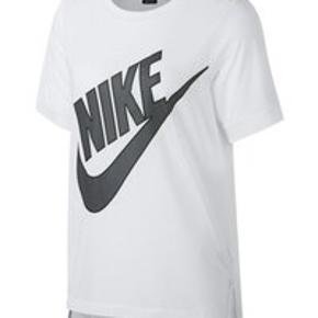 Nike t-shirt str M. Aldrig brugt stadig med mærke. Hvis med gråt mærke med sort 'streg' omkring.