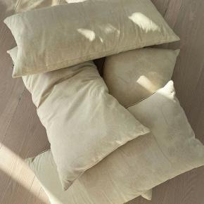 2 unika puder fra Tapet Cafe i fineste mønster. (Betræk og puder medfølger). Mål: 35x70 cm. Betræk kan tages af og vaskes.  1 for 300 kr. 2 for 500 kr.