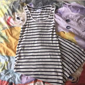 Lidt tyk bomulds kjole. Dejlig at have på, på en overskyet sommer dag. Sender med Dao📦📬 Bytter gerne🤗🌸