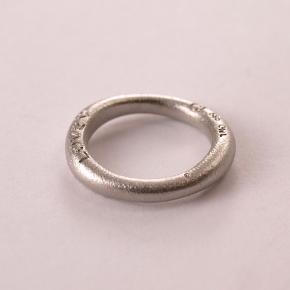 Ring, hvidguld, Ole Lyngaard ring størrelse 54 (17,2mm i diameter)  Meget yndig Ole Lyngaard love ring i hvidguld 14 karat.   Den er nr 1 i tykkelse Nypris omkring 10.000