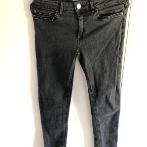 Acne jeans i modellen Skin 5 used black. Str. 28/32 (små i størrelsen).