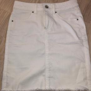 Fin nederdel som sidder rigtig godt! Spørg gerne for billeder ☀️