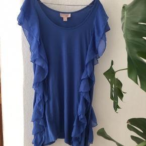 H&M Garden Collection dueblå kjole med flæser  Lækker sommerkjole i dejlig let materiale   Brugt få gange  Spørg gerne for flere billeder ☀️☀️🐝  Kom gerne med bud og tjek mine andre annoncer, sælger ud af en masse tøj, da det desværre er blevet for stort ✔️🙋🏼♀️ er altid klar på en hurtig handel ☺️