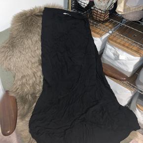 Aldrig brugt, dog krøllet fordi den har været med i tasken på ferie, men aldrig blevet valgt. Så en berejst nederdel!   Har en masse på min side, tjek det ud!  Og skriv hvis du har forslag til pris??