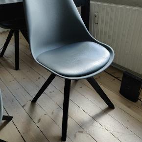 Velholdte stole fra Bilka. Sælges for 150 pr.stk eller 4 for 400 kr. 3 af stolene er i meget god stand og 1 har et brækket, dog repareret ben. En tømrer har lavet den og stolen er holdbar og kan i hvert fald bære 90 kilo. Se billede. Flere billeder kan fremsendes. Kom med et bud :)