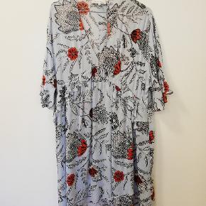 Fin kjole, brugt 2 gange, så fremstår som ny. Nypris 799,-  Kan sendes eller afhentes i Kbh N