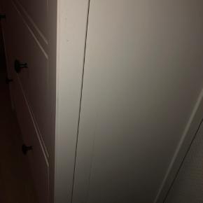 Sælger mit vitrineskab fra Ikea, da jeg skal flytte... Skabet er mindre end 1 år gammelt og sælges derfor billigt! Skabet har en ridse i den ene side, men det er ikke noget man ser, når skabet står op af væggen! BYD NP: 3000kr.