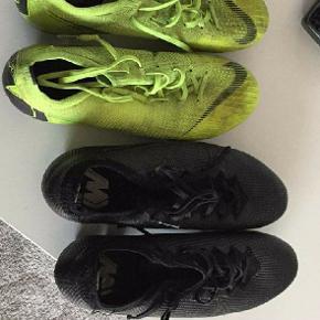 Begge støvler står uden nogen fejl eller mangler. De grønne har mistet lidt farve. Begge str.  42!  Sælges samlet eller enkeltvis ved bud.