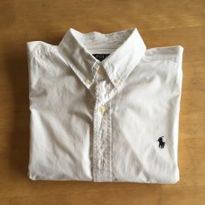 Str. L Polo Ralph Lauren slim fit poplin skjorteMp: 100 kr Er i god stand, men brugt Mål: Brystvidde: 114 cm Talje: 108 cm Længde: 80 cm
