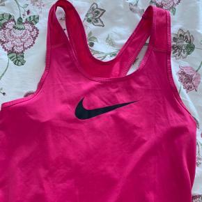 Lækre farverig Nike toppe