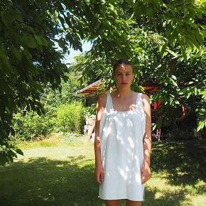 Smuk fransk vintage natkjole. Passer S-L. Fine blonder i toppen. Dog gået i stykker i toppen og har enkelte rustpletter forneden - men gør ikke noget når man har den på men deraf den billige pris❤️