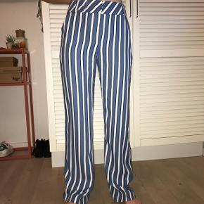 Flotte stribede bukser fra Topshop i flot straight fit. De er desværre for lange til mig og de er derfor blevet lidt beskidte aller nederst (det er dog ikke tydeligt og kan let fjernes ved at lægge dem en tand op). Str. 36 Byd endelig :D