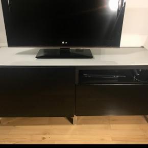 Tv bord/skænk. B:40 cm. L:120 cm. H:50 cm. Meget flot højglans og glasplade på toppen 💫