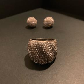 Sif Jakobs sæt Ring str 56, ny pris. 2399,-  Ørestikker, ny pris. 1.599,- I alt 3.998,-  Sælges for 1.200,-,-  Kan evt sælges hver for sig.