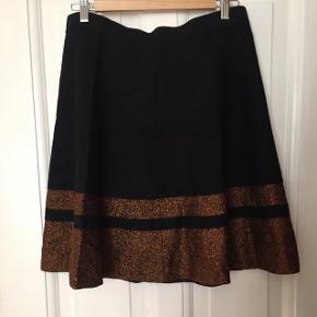 Strik nederdel med metal detalje fra Grace Elements. Brugt få gange
