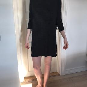 Blød, stribet sort/grå kjole