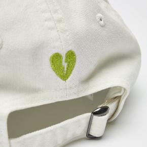 Low profile cap fra Wood Wood - Romantic. Kan bruges af begge køn Størrelse one size. Helt ny i pose prismærket 300,-