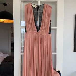 Smukkeste Gucci kjole med blonde ryg. Nypris 15.000. Passer 36-38