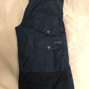 Brugt få gange... blevet for små. Slidstærke vandrebukser i G-1000® med almindelig talje klassisk pasform. Forstærkning på bagdel og knæ i mørkere blå.