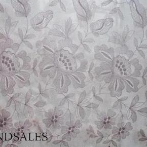 """Brand: Antik Fransk Varetype: Gardin Silke Broderier Glas Størrelse: 260x220 Farve: Se  Smukt fransk antikt silkegardin med vidunderlige broderier. Meget velholdt,men antikt, så små huller kan forekomme, dog ikke synlige da gardinet er bredt, så de bliver skjult i folderne. Forberedt med gardinbånd, gardinet er dog efter min mening smukkest, når det hænges op i ringe med klemmer.  Sjældent langt - Højde 260 cm. Bredde 220 cm.  1.500 kr. pp ved tryk på """"Køb nu"""" knappen. Sendes forsikret med DAO  Har andre franske antikke fristelser på min profil, og meget mere... Eksempler:  Håndlavet porcelæns stel i Japansk design : )(billede 4)  3.200 kr. for hele stellet - Flere billeder kan sendes.  Smukt fransk antikt sengetæppe med små lapninger(billede 6). 600 kr. pp."""