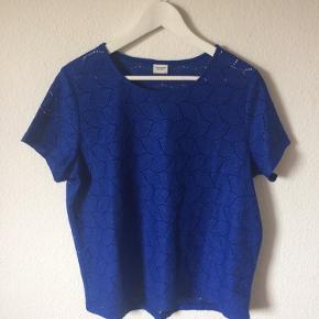 Jacqueline de yong - blonde t-shirt Str. XL Næsten som ny Farve: blå Lavet af: 100% polyester Mål: Brystvidde: 118 cm hele vejen rundt Længde: 66 cm Køber betaler porto!  >ER ÅBEN FOR BUD<  •Se også mine andre annoncer•  BYTTER IKKE!