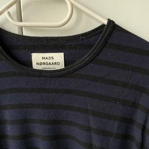 Sort/mørkeblå stribet bluse fra Mads Nørgaard, størrelse M