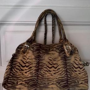 Super lækker leopard taske med et peace mærke på. Måler 45 x 30 cm