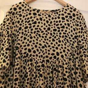 Super fin kjole med masser af vidde - pastel gul med sort mønster. Bm ca 2x62 uden at strække, der er læg hele vejen rundt, så kan  gi sig meget. Hel længde ca 93 cm Bytter ikke