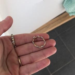 """Flot ring fra abelstedt.  Ringen hedder """"flora leaf guld ring"""" og er i str 51. (Kan være lidt lille i str)  Og nej!! Det er ikke guld! Det er blot hvad de har kaldt den.   Den er cirka et halvt år gammelt og fremstår derfor utrolig flot og vedligeholdt. (Ingen af de små sten er faldet af)   Prisen er fast, jeg betaler fragten med dao  Np var 1400 dengang, men står til 1100 nu.  Æske medfølger - kvittering er bortkommet"""