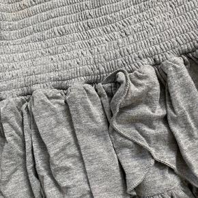 Den fine populære nederdel fra NEO NOIR model Carin i gråmeleret jersey Falder så fint!! ALDRIG BRUGT Nypris 399 KUN 150