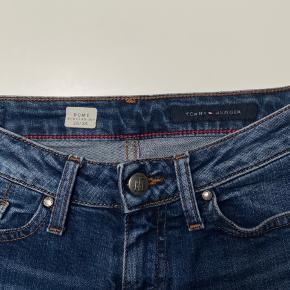 Flotte Tommy Hilfiger jeans med detaljer på knappen. Str. 26 i waist, dvs xs/s. Fejler intet.